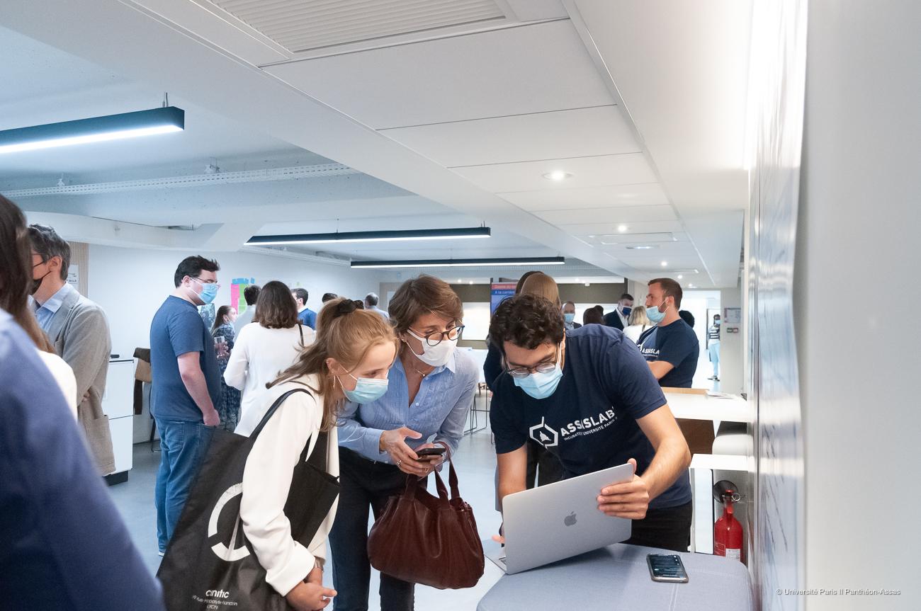 Un incubé présente son projet à des invités lors de l'inauguration d'Assas Lab'